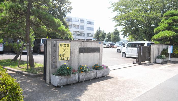 久喜 本町小学校 門の様子